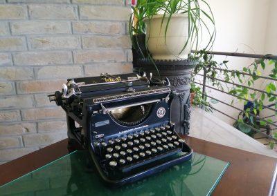 Foody gyár részlet, írógép